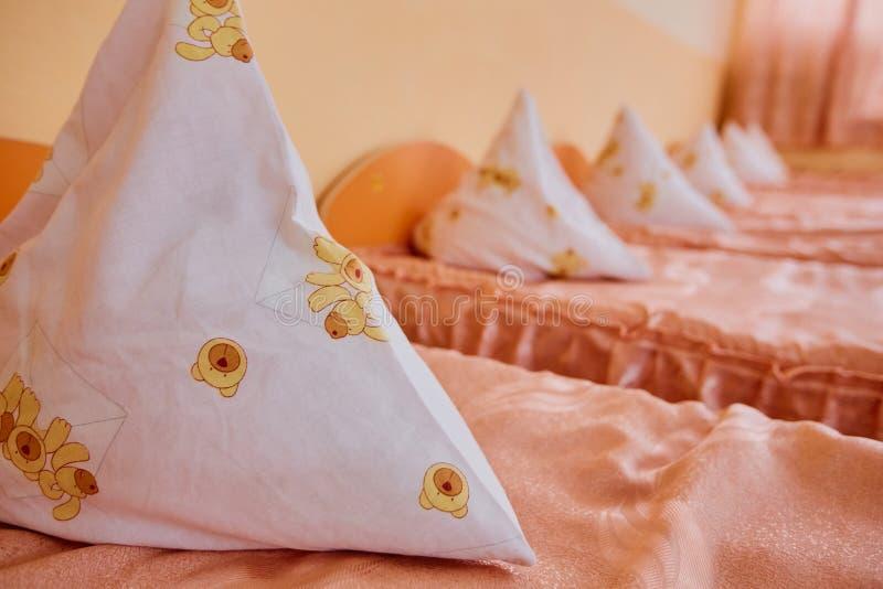 Bedden en wiegen in helder gekleurde slaapzaal van een kinderdagverblijf De wiegen van heel wat kinderen royalty-vrije stock foto's
