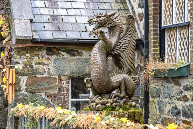 Beddgelert, Wales - Mei 03 2018: Houten draak die zich in de historische stad bevinden stock foto