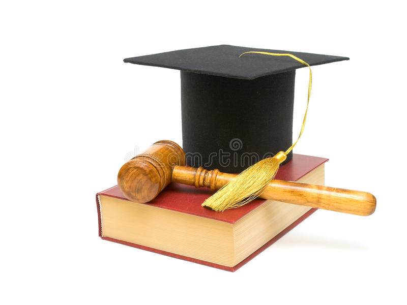 Bedecken Sie Absolvent, Hammer und Buch auf einem weißen Hintergrund mit einer Kappe lizenzfreie stockbilder