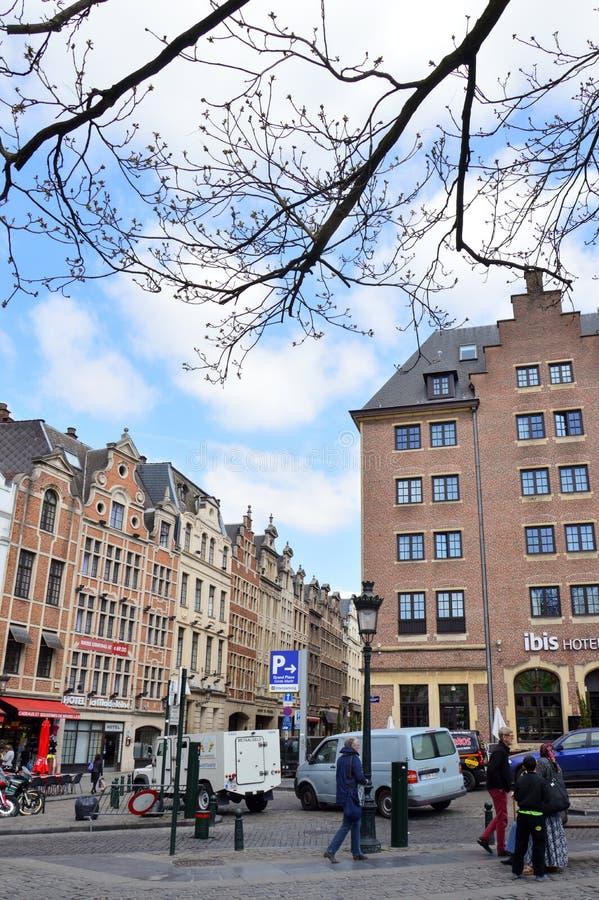 Bedecken Sie Markt Grasmarkt am Agora-Quadrat mit Gras, das durch konservierte historische Gebäude, nahe Grand Place in Brüssel,  stockfotografie