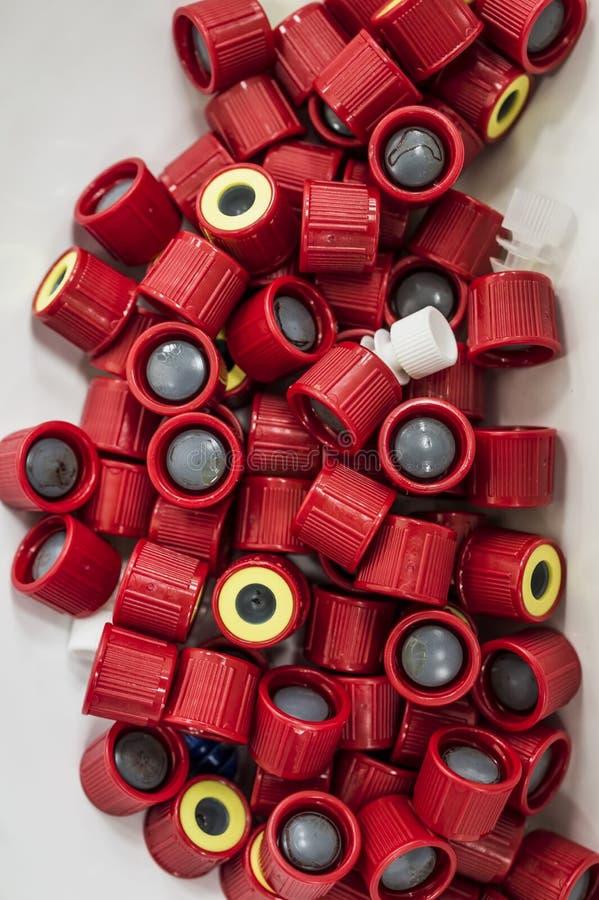 Bedecken Sie Rohre der Blutprobenahme in einem Labor mit einer Kappe stockbilder
