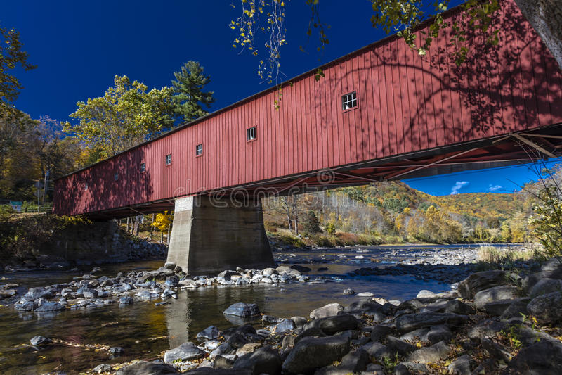 Bedeckte rote Brücke, West- Cornwall-überdachte Brücke über Housatonic-Fluss, West-Cornwall, Connecticut, USA - 18. Oktober 2016 stockfotos