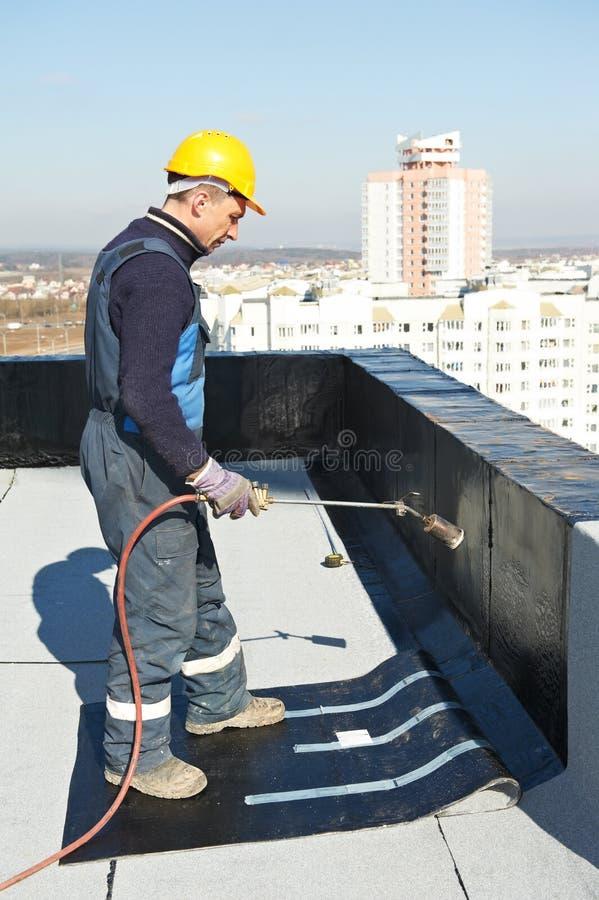 Bedeckung des flachen Dachs arbeitet mit Dachfilz lizenzfreie stockfotos