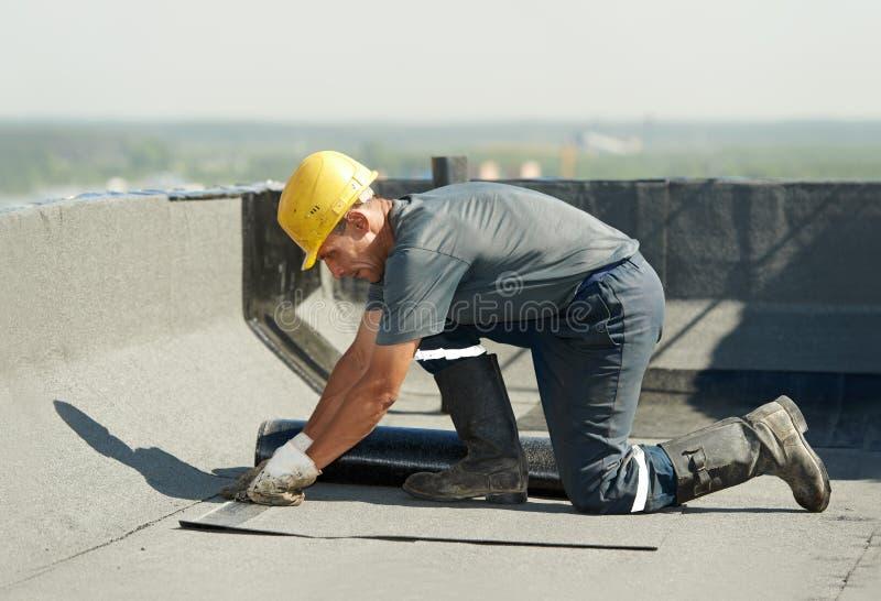 Bedeckung des flachen Dachs arbeitet mit Dachfilz stockfotografie