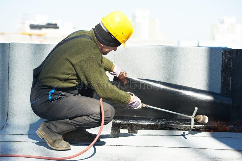 Bedeckung des flachen Dachs arbeitet mit Dachfilz lizenzfreie stockbilder