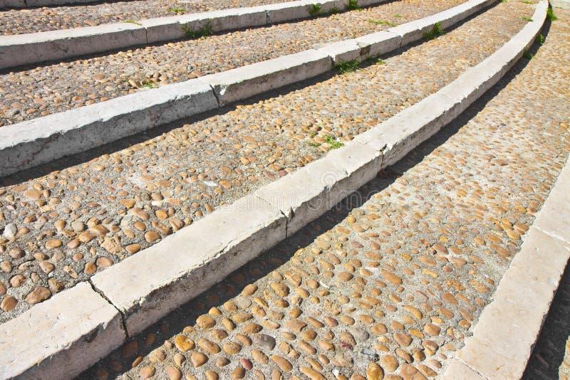 Bedekken en trap gemaakt met witte marmeren en steenkiezelstenen royalty-vrije stock afbeeldingen