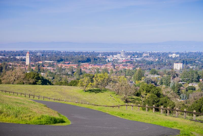 Bedekte lopende sleep op de Standford-schotel omringende heuvels; De campus van Stanford, Palo Alto en Silicon Valley-horizon in royalty-vrije stock fotografie