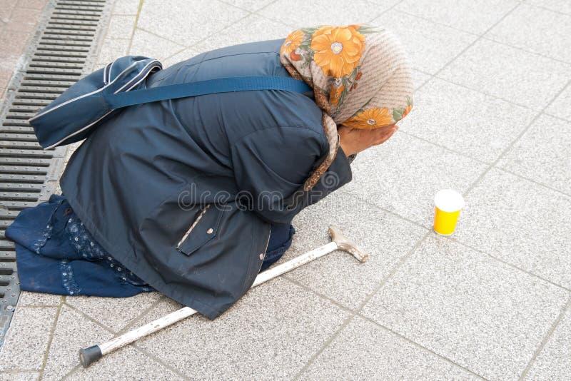 Download Bedelaar op de straat redactionele stock foto. Afbeelding bestaande uit liefdadigheid - 54091143