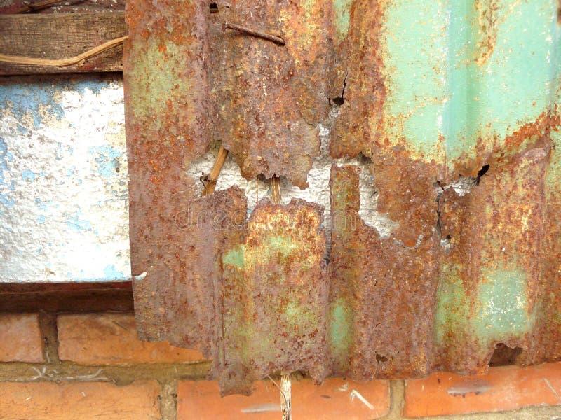 bederf van oude roestige zinkmuur stock afbeelding