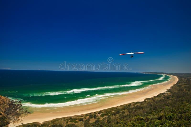 Bedeutungs-Segelflugzeug-Flugwesen über Strand stockfotos