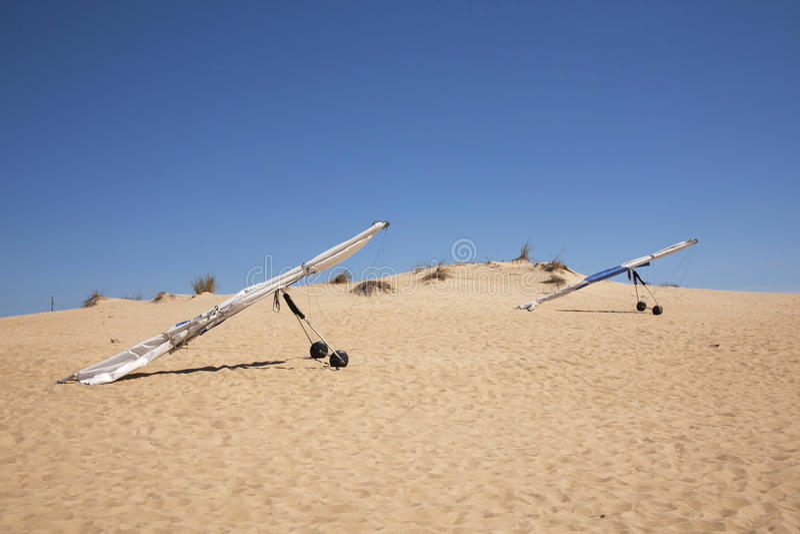 Bedeutungs-Segelflugzeuge in den Sanddünen lizenzfreie stockbilder