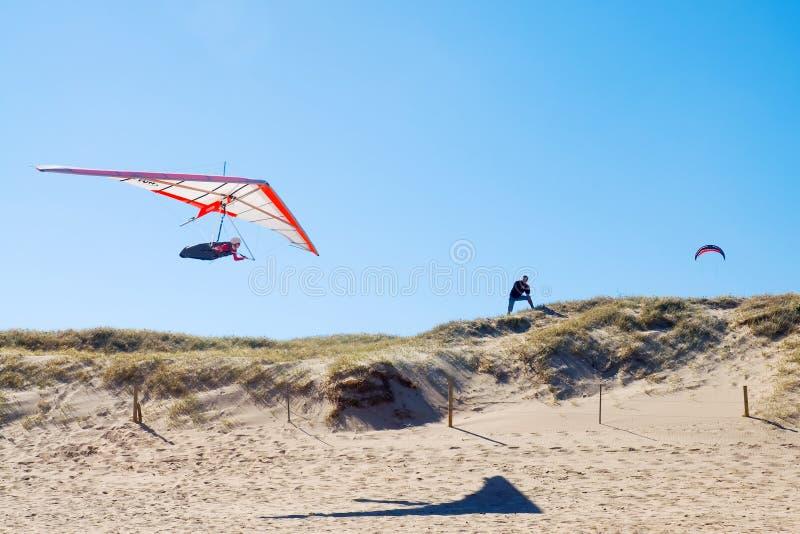 Bedeutungssegelflugzeug über Strand lizenzfreies stockbild