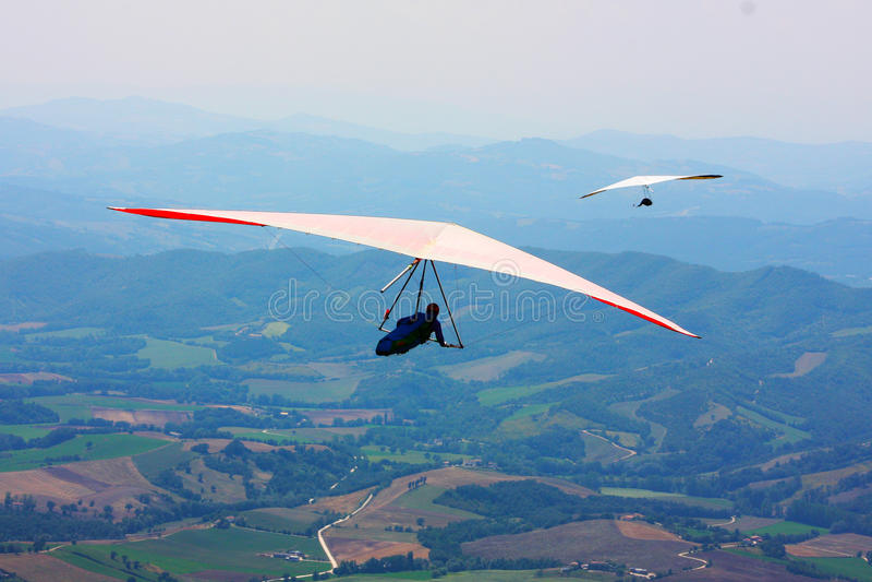 Bedeutungssegelflugzeugpilot in den italienischen Bergen stockfotos
