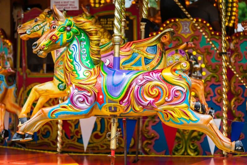 Bedford, Bedfordshire, het UK 2 Juni 2019 Een carrousel, rotonde, of vrolijk-gaan-rond, is een type van een roterend cirkelplatfo stock afbeelding