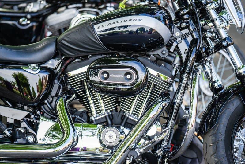 Bedford, Bedfordshire, het UK 2 Juni 2019 Een close-up van het embleem en het embleem van Harley Davidson op de brandstoftank wor royalty-vrije stock fotografie