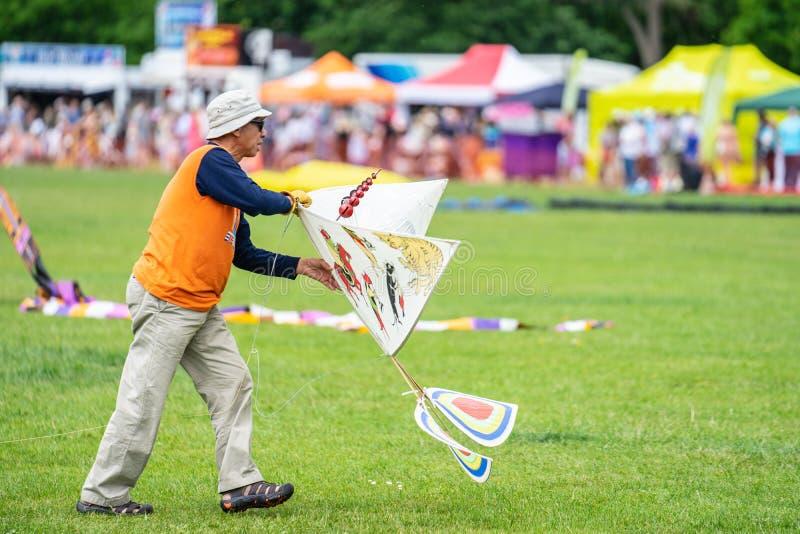 Bedford, Bedfordshire, R-U le 2 juin 2019 Festival international de cerf-volant de Bedford, un homme pilotant un cerf-volant photos stock