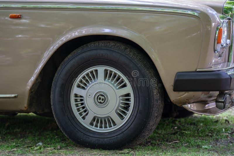 Bedford, Bedfordshire, Reino Unido 2 de junho de 2019 Festival de viajar de automóvel, fragmento de um A Bentley oxidado fotos de stock royalty free