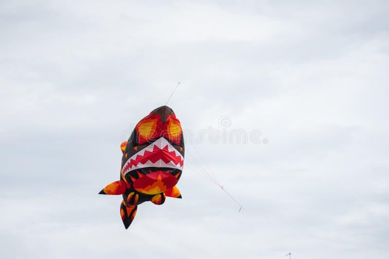 Bedford, Bedfordshire, Reino Unido, junho 2,2019 Papagaios que voam no c?u entre as nuvens Bedford International Kite Festival imagens de stock
