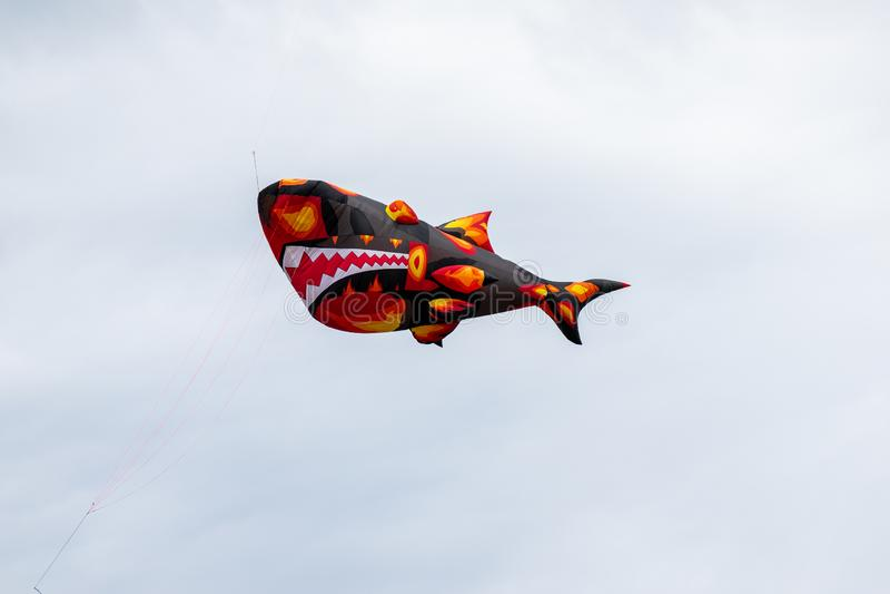 Bedford, Bedfordshire, Reino Unido, junho 2,2019 Papagaios que voam no c?u entre as nuvens Bedford International Kite Festival foto de stock royalty free