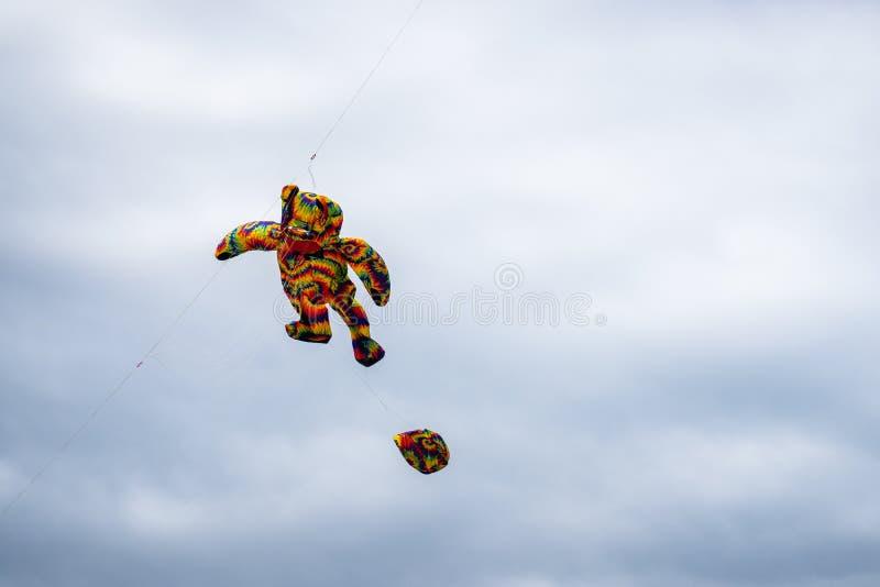 Bedford, Bedfordshire, Reino Unido, junho 2,2019 Papagaios que voam no c?u entre as nuvens Bedford International Kite Festival imagem de stock royalty free