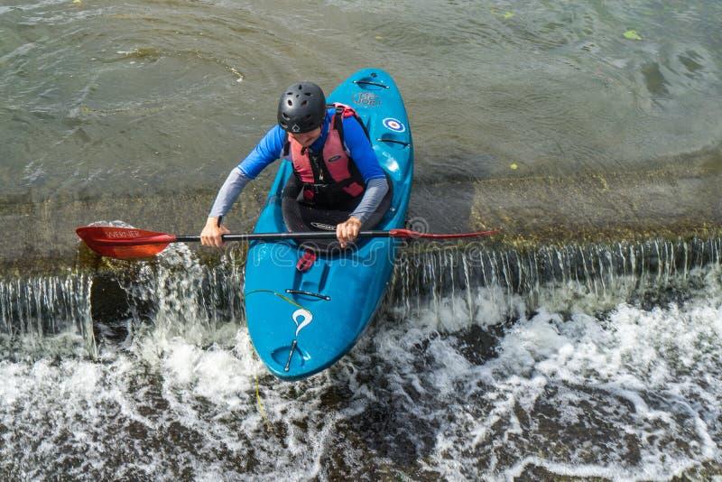 Bedford, Bedfordshire, Reino Unido, o 19 de agosto de 2018 Água branca que kayaking nas reações BRITÂNICAS, rápidas e nas habilid fotografia de stock