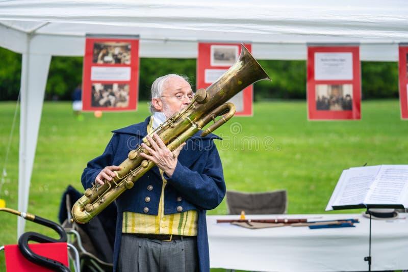 Bedford, Bedfordshire, UK Maj 19,2019 Ophicleide jest wpisującym mosiężnym instrumentem jednakowym tuba Bezpłatny społeczności wy fotografia stock