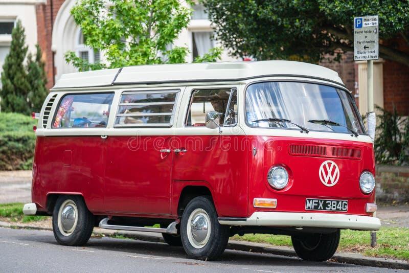Bedford, Inglaterra, maio 19,2019 Campista retro do ônibus da VW estacionado na estrada fotos de stock royalty free