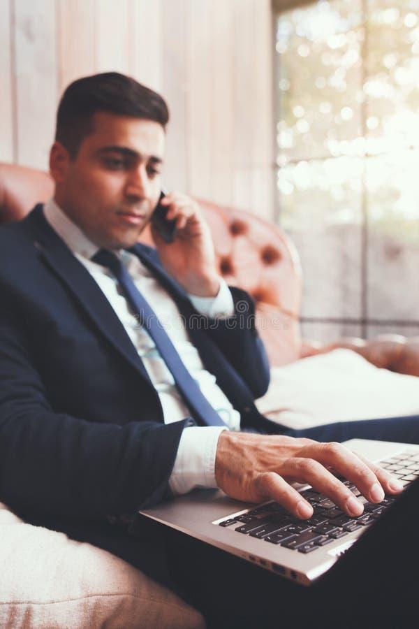 Bediende die aan laptop in het bureau werken royalty-vrije stock afbeeldingen