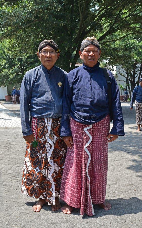 Bedienden van het stellen van Yogyakarta Royal Palace Kraton in traditionele kledij stock afbeeldingen