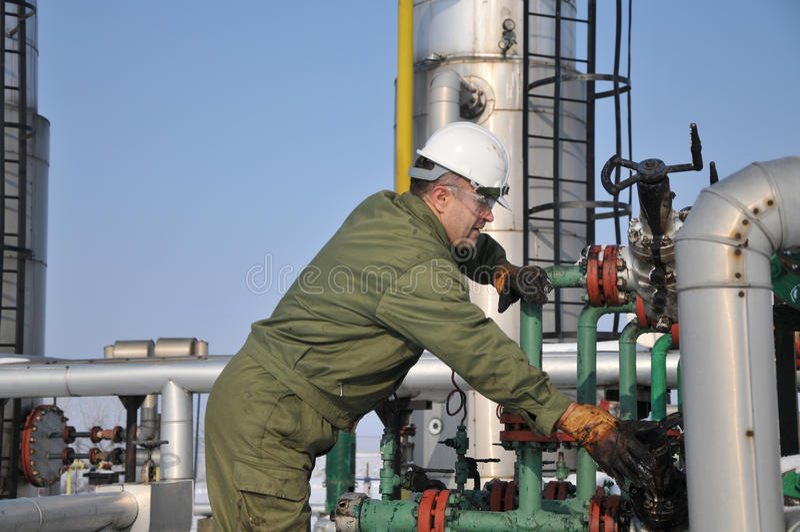 Bediener in der Schmieröl- und Gasansammlung stockfotos