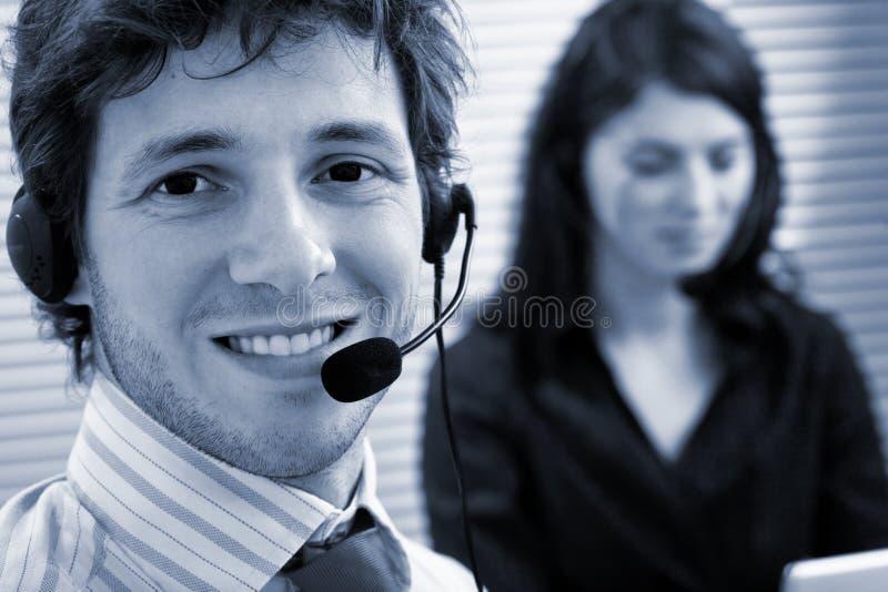 Bediener, die auf Kopfhörer sprechen stockfoto