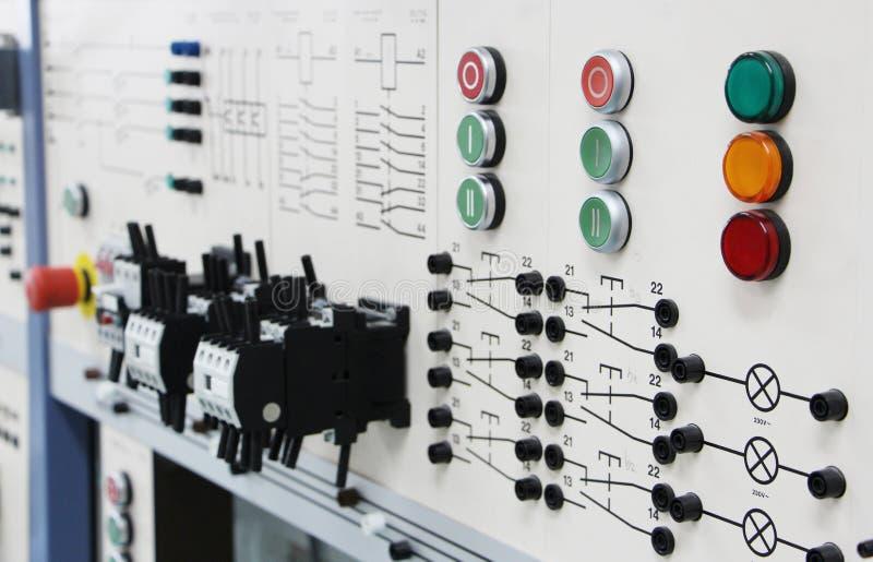 Bedienfelder in einem Elektroniklabor lizenzfreie stockfotografie