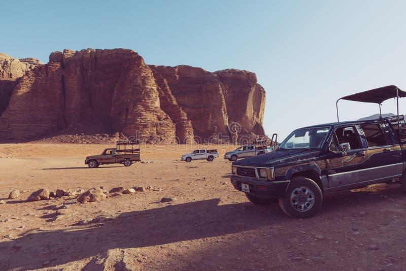 Bedouin autojeeps en toeristen, Wadi Rum-woestijn in Jordanië, Midden-Oosten royalty-vrije stock foto