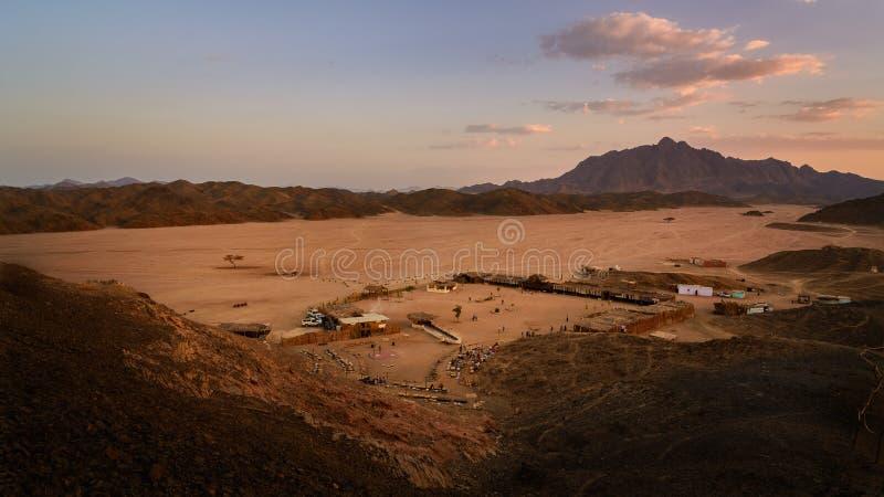 Bedouin kamp bij zonsondergang royalty-vrije stock afbeeldingen