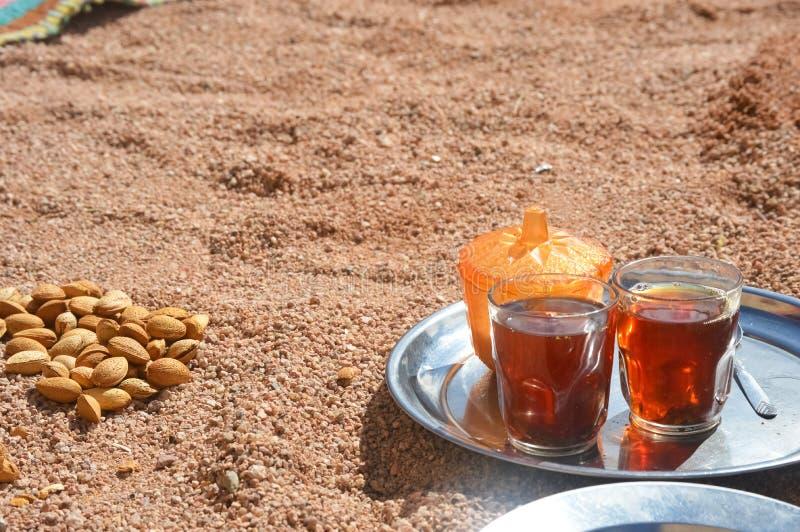 Bedouin onthaal een kop thee met amandelen, Sinai royalty-vrije stock foto's