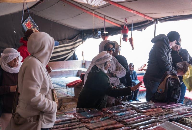 Bedouin verkoper - toont toeristengoederen voor verkoop in caravanserai in de Wadi Rum-woestijn dichtbij Aqaba-stad in Jordanië royalty-vrije stock fotografie