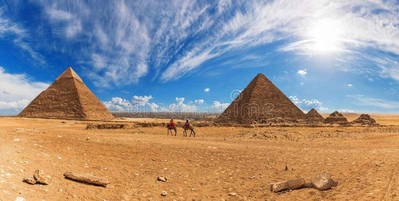 Bedouins κοντά στις πυραμίδες Giza, ηλιόλουστο πανόραμα ημέρας στοκ εικόνες με δικαίωμα ελεύθερης χρήσης