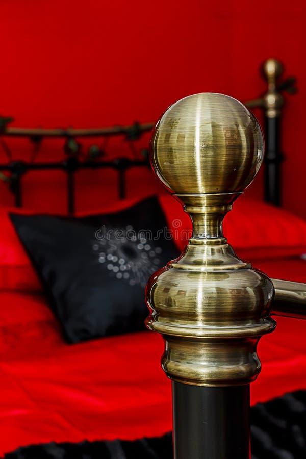 Bedpost с кроватью в предпосылке стоковая фотография rf