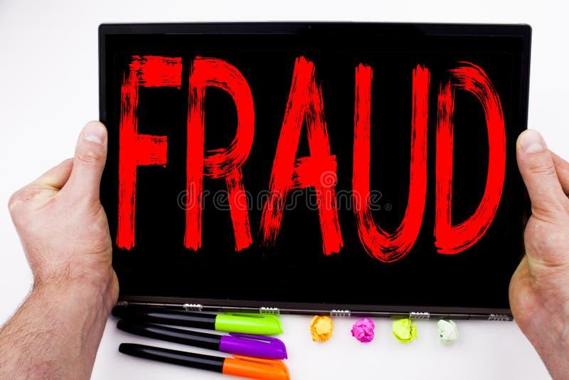 Bedrägeritext som är skriftlig på minnestavlan, dator i kontoret med markören, penna, brevpapper Affärsidé för brottslig en hacke royaltyfri fotografi
