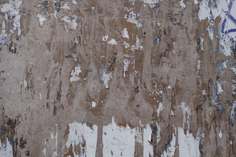Bedrövad åldrig vägg som ringer målarfärg som ridas ut med tunt smörlager, hack, skrapor och fläckar royaltyfria bilder
