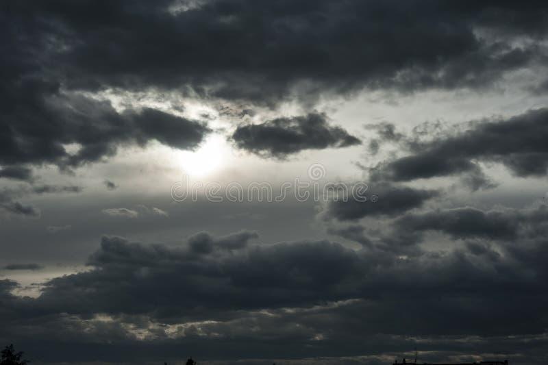 Bedreigend donkere wolken die bijna de volledige hemel behandelen royalty-vrije stock foto's