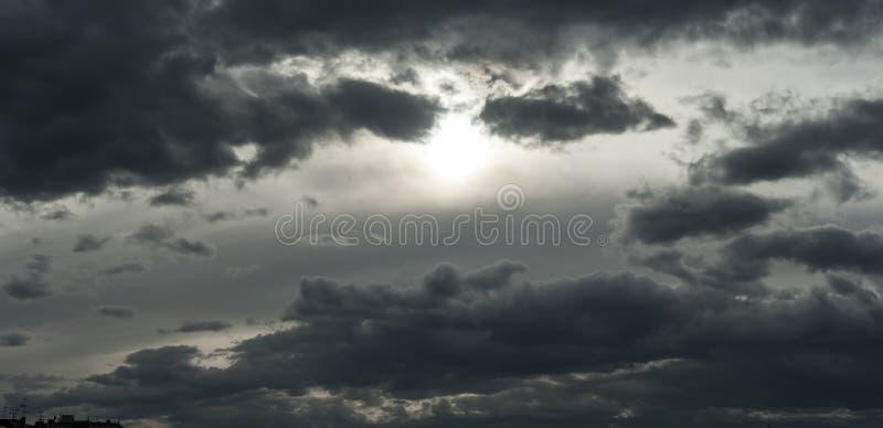 Bedreigend donkere wolken die bijna de volledige hemel behandelen stock afbeelding