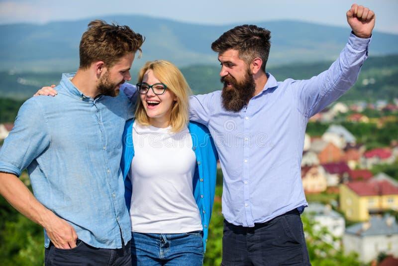 Bedrijf bereikte bovenkant Commercieel teamconcept Mensen met baard in formele overhemden en blonde in oogglazen als succesvol te royalty-vrije stock afbeeldingen
