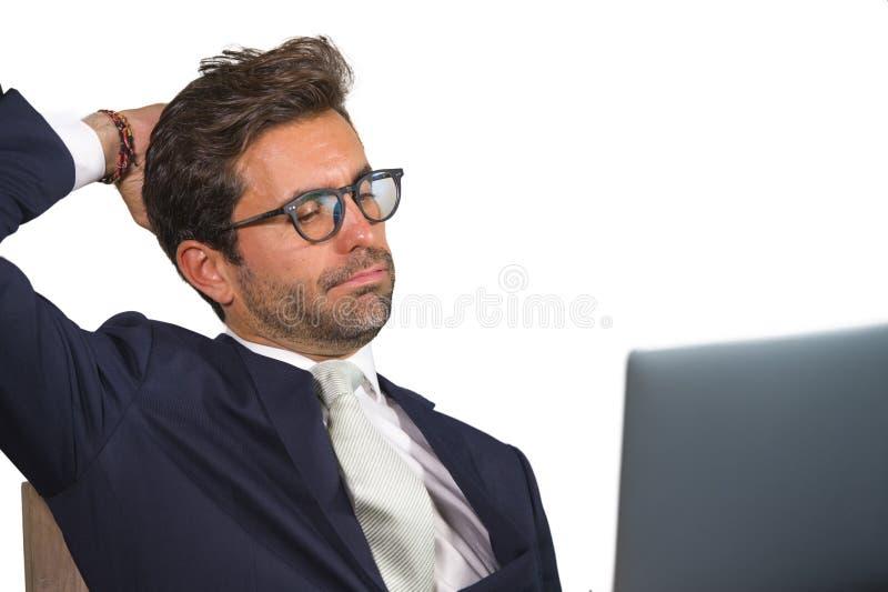 Bedrijf collectief geïsoleerd dicht omhooggaand portret van jonge knappe en aantrekkelijke zakenman in pak en glazen die werken b stock afbeeldingen