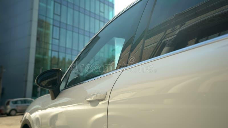 Bedrijf die suv zich op parkeerterrein, bedrijfsauto bevinden, hurend of hurend systeem royalty-vrije stock fotografie