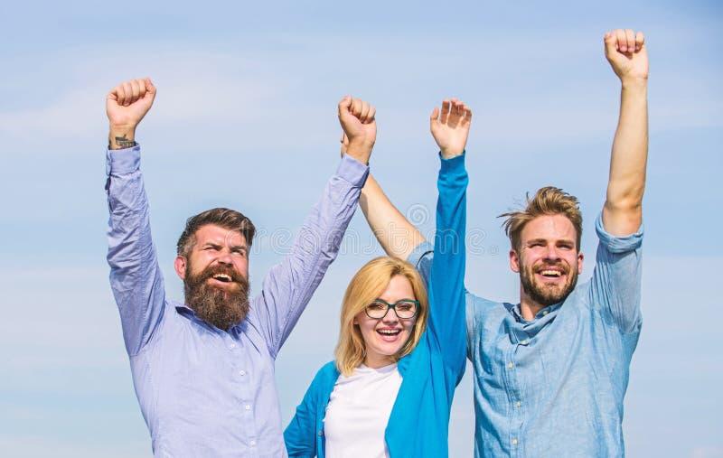 Bedrijf drie gelukkige collega'sbeambten geniet van vrijheid, hemelachtergrond Mensen met binnen baard in formele slijtage en blo royalty-vrije stock foto