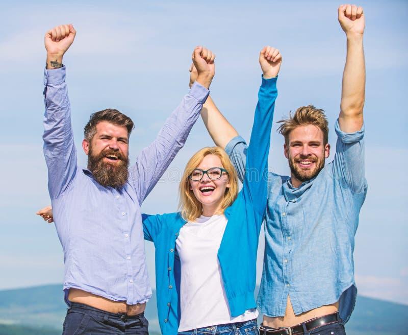 Bedrijf van drie gelukkige collega's of partners die succes, hemelachtergrond vieren Mensen met baard in formele overhemden en royalty-vrije stock afbeeldingen