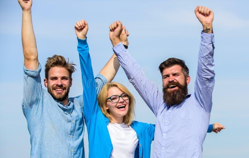 Bedrijf van drie gelukkige collega's of partners die succes, hemelachtergrond vieren Verschillende 3d bal Mensen met binnen baard stock afbeelding