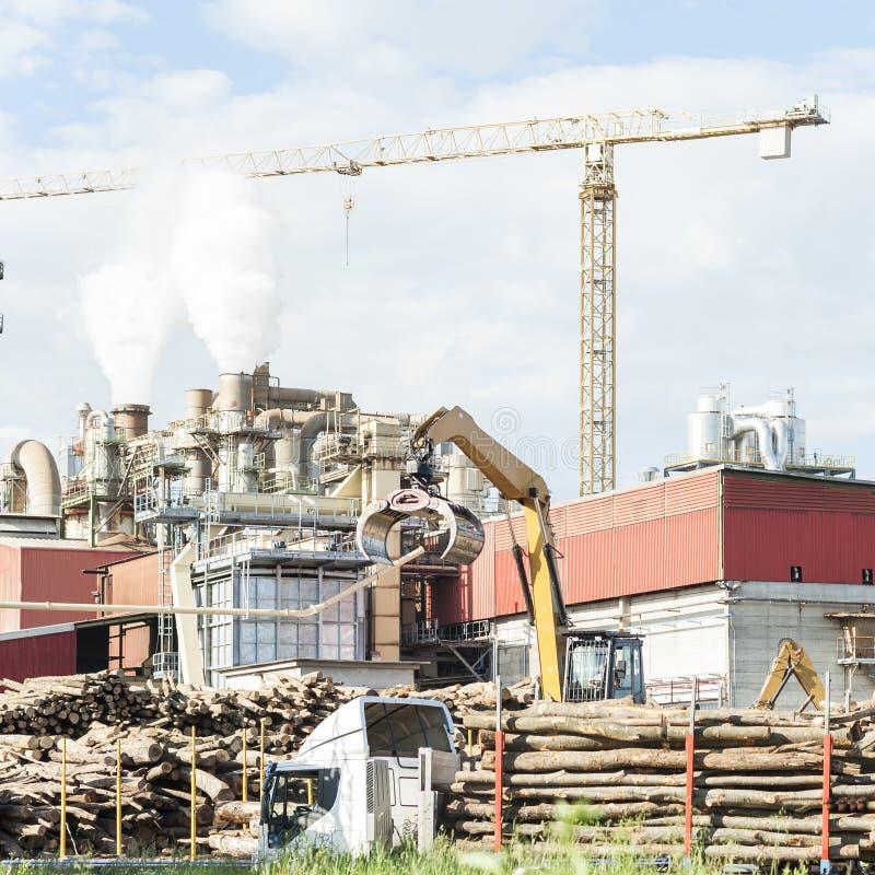 Bedrijf van een meubilairfabriek met rokende schoorstenen royalty-vrije stock afbeelding