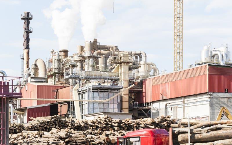 Bedrijf van een meubilairfabriek met rokende schoorstenen stock afbeelding